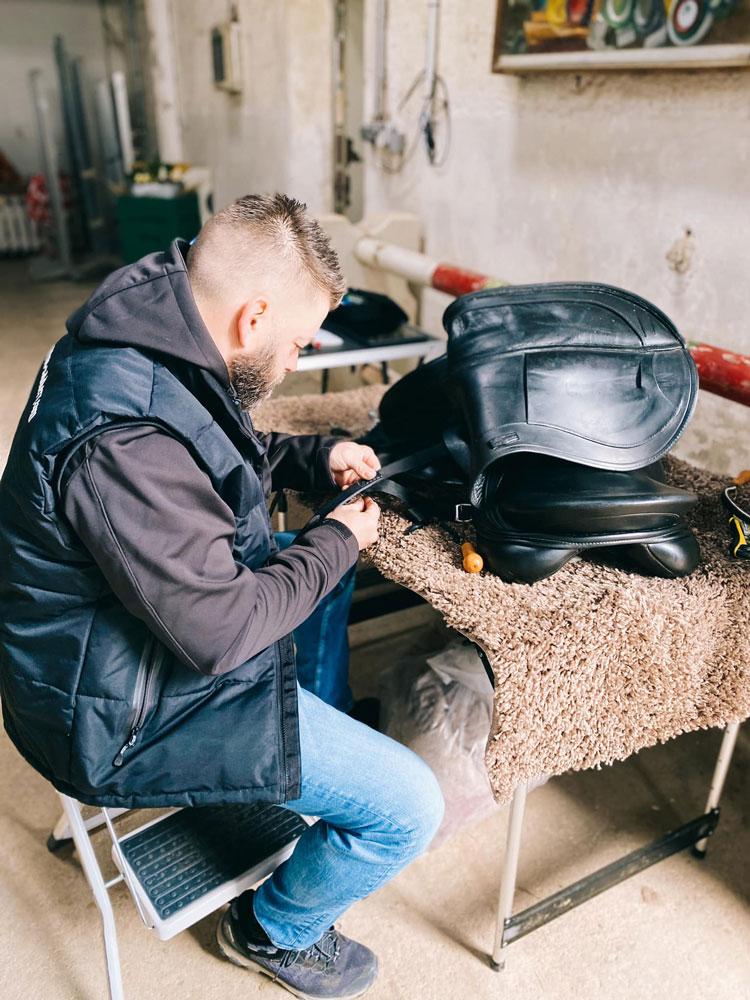 arcus Saddlery am Bauen eines individuellen Sattel für den Reitsport