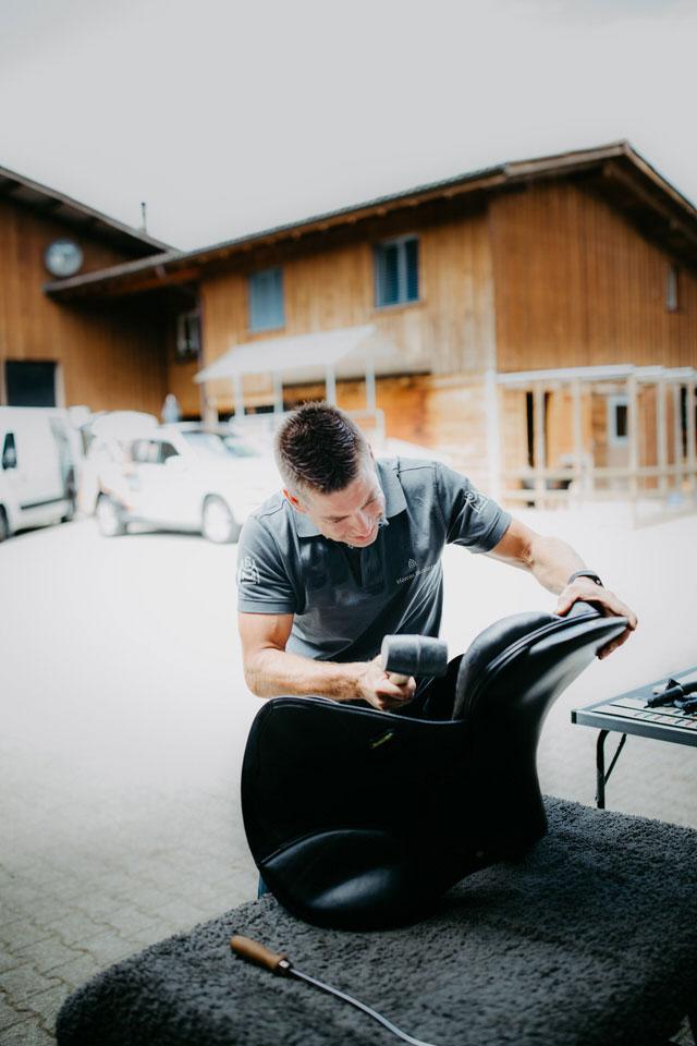 Marcus Tobeck von Marcus Saddlery beim Bauen eines individuellen Sattel für den Reitsport
