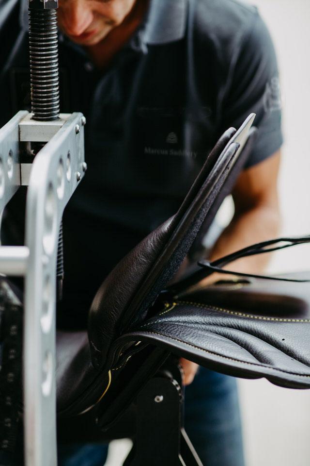 Marcus SaddlerMarcus Tobeck von Marcus Saddlery beim Bauen eines individuellen Sattel für den Reitsport